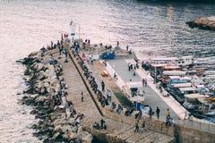 Анталья, Турция - 22-ое апреля 2018: Люди на порте яхты Антальи стоковые фотографии rf