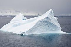 Антарктика - Не-таблитчатый айсберг Стоковое фото RF
