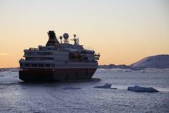 Антарктика - туристская шлюпка - полуночный Sun стоковые изображения rf