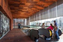 Антверпен, Бельгия - 10-ое мая 2015: Музей aan de Stroom посещения людей в Антверпене Стоковые Фотографии RF