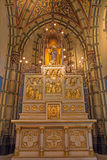Антверпен - высекаенный алтар с сбросами от. цента 19. от бортовой часовни Joriskerk или церков St. George стоковые изображения rf