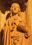 Антверпен - Иисус Христос статуя Pantokrator на главном портале на соборе нашей дамы на ноче стоковые фото