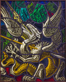 Антверпен - дракон как символ дьявола. Специализированная часть окна поединка St. Georeg с дьяволом в церков Joriskerk или St. Geo стоковое изображение