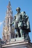 Антверпен - статуя колеривщика P.P. Rubens и башни собора стоковая фотография rf