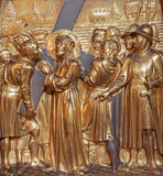 Антверпен - Simon Cyrene помогает Иисусу снести его крест. Metal сброс как часть перекрестного цикла пути от Joriskerk или St. Geo Стоковое фото RF