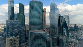Антенна близкая вверх от вертолета небоскребов города сток-видео