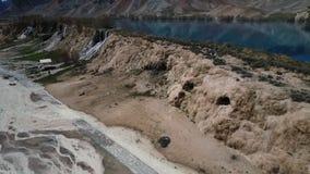 Антенна водопадов от голубого озера в кровати потока пустыни сток-видео