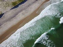 Антенна волн и красивого пляжа трески накидки Стоковые Изображения