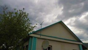 Антенна в погоде неба акции видеоматериалы