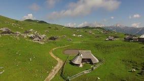 Антенна: горное село сверху на лете сток-видео