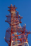 Антенна здания связи и голубого неба Стоковое фото RF