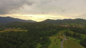 Антенна: Красивая сельская местность на заходе солнца лета сток-видео