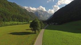 Антенна: красивый ландшафт дороги горы в Jezersko, Словении акции видеоматериалы