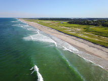 Антенна красивых пляжа и океана трески накидки Стоковое Фото