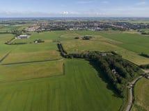 Антенна лугов с изгибать дорогу и фермы на голландском острове Texel стоковые изображения rf