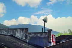 Антенна на верхней части дома в деревне Стоковая Фотография RF