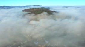 Антенна, над облаками, горами неба и горными вершинами видеоматериал