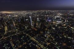 Антенна ночи башен Лос-Анджелеса Калифорнии к центру города Стоковое Изображение RF