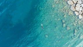 АНТЕННА: одна рыбная ловля заплывания водолаза персоны в кристалле - ясном Средиземном море, темносиней прозрачной воде, каникула стоковое изображение rf