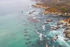 Антенна океана, келпа, и скалистой береговой линии в северной калифорния стоковое фото rf