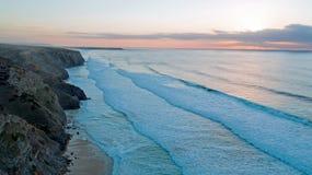 Антенна от утесов и океан на Вейл Figueiras Прая в Португалии Стоковая Фотография