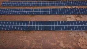 Антенна: Пейзаж сельской местности с электрическими станциями солнечной энергии Altai, Kosh-Agach Близко к границе Монголии акции видеоматериалы