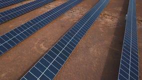 Антенна: Пейзаж сельской местности с электрическими станциями солнечной энергии Altai, Kosh-Agach Близко к границе Монголии видеоматериал