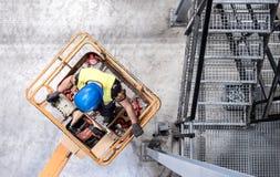 Антенна работника на автотелескопической вышке Стоковые Изображения RF