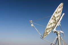 Антенна спутниковой антенна-тарелки параболистическая стоковые фото