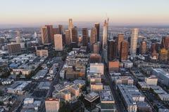 Антенна сумрака Лос-Анджелеса к центру города стоковые изображения rf