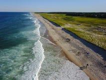 Антенна сценарных пляжа и океана трески накидки Стоковые Изображения RF
