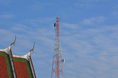 Антенна телефона и церковь в буддизме стоковые фото