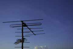 Антенна телевидения с небом Стоковые Изображения