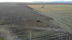 Антенна трактора вспахивая поле видеоматериал