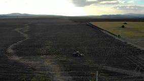 Антенна трактора вспахивая поле акции видеоматериалы