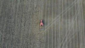 Антенна трактора вспахивая поле сток-видео