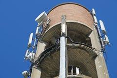 Антенна установленная na górze водонапорной башни Стоковые Изображения