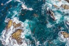 Антенна утесов океана окружающих в северной калифорния стоковое изображение rf