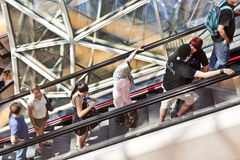 Антенна людей стоя на эскалаторе Стоковое фото RF