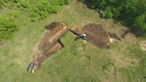 Антенна ямы учреждения экскаватора и мини затяжелителя выкапывая для нового дома акции видеоматериалы