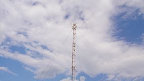Антенна GSM на предпосылке голубого неба сток-видео