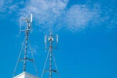 Антенны клетчатого и системы коммуникаций с голубым небом Стоковые Фото