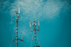 Антенны клетчатого и системы коммуникаций с голубым небом Стоковая Фотография RF