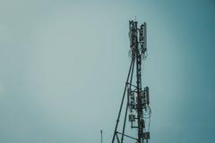 Антенны клетчатого и системы коммуникаций с голубым небом Стоковые Изображения RF