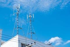 Антенны клетчатого и системы коммуникаций с голубым небом Стоковые Фотографии RF