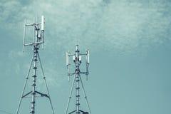 Антенны клетчатого и системы коммуникаций с голубым небом Стоковая Фотография