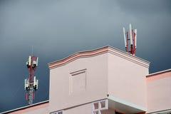 Антенны мобильной телефонной связи на крыше здания Стоковые Фотографии RF