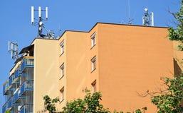 Антенны на верхней части высокого жилого дома стоковые изображения rf