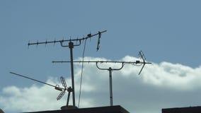 Антенны на крыше дома акции видеоматериалы
