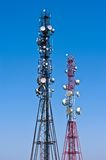 2 антенны радиосвязи на предпосылке голубого неба Стоковые Изображения